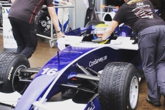 Kund gör sig redo för åkning av Formel 1 bilen Mod Williams FW29