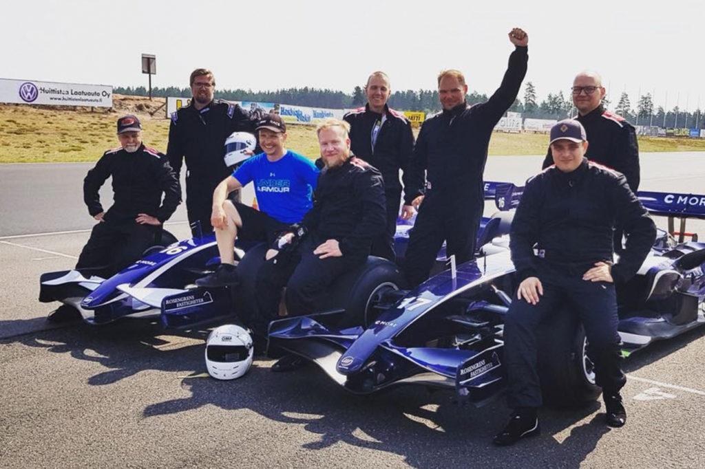 Glada kunder efter körning med formel 1 bil på Alastaro Circuit