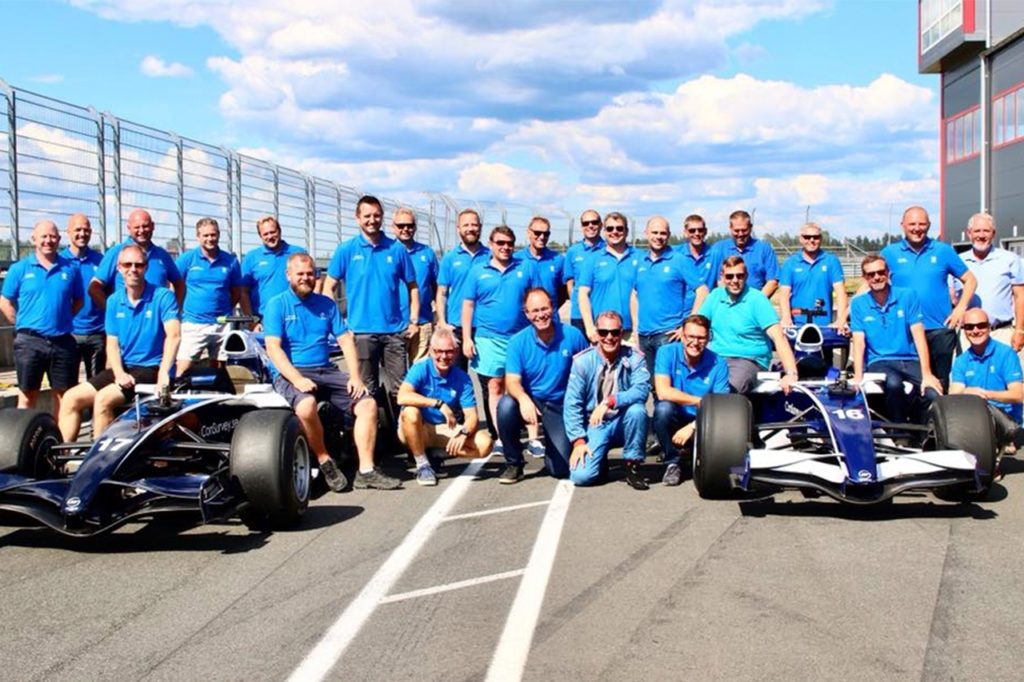 Glada kunder efter körning med formel 1 bil på Anderstorp Raceway